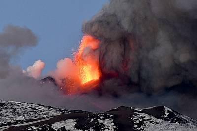 """Зрелищно и """"непритеснително"""" изригване на вулкана Етна"""
