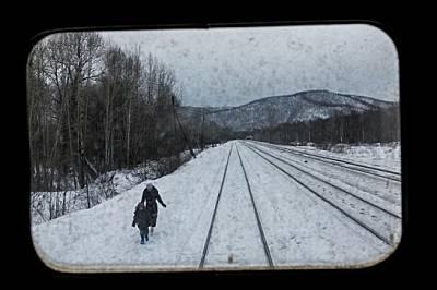 """Гледка от задния прозорец на медицинския влак """"Матвей Мудров"""", докато спира, за да предложи медицински грижи в сибирското селце Кен..."""