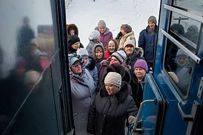 Селяните в Литовко чакат на -15°С, докато вратите на медицинския влак отворят в 9 ч сутринта. Държавата покрива разходите по предлаганите от в...