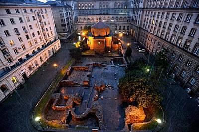"""Ротондата """"Св. Георги"""" и руини на римска улица и сгради - част от т.нар. Константинов квартал - във вътрешниядвор на Президентствот..."""