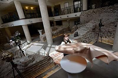 """Древност и съвремие съжителстват в модерния хотел """"Арена ди Сердика"""", където е експонирана една шеста от останките на сердикийския..."""