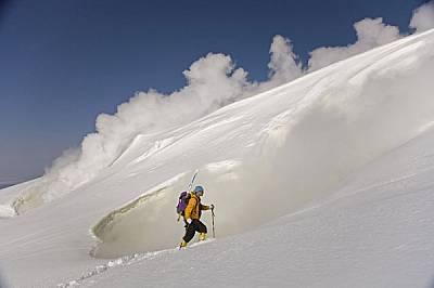 Въпреки клокочещите гърла на вулканите Асахи Даке - най-високият връх на о-в Хокайдо - привлича скиори и туристи през цялата година.