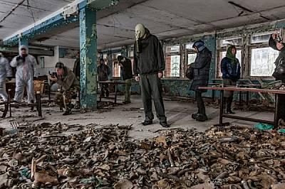 Пръснатите по пода противогази са популярна забележителност. Един от туристите си е донесъл свой противогаз, за да си го сложи за снимките.