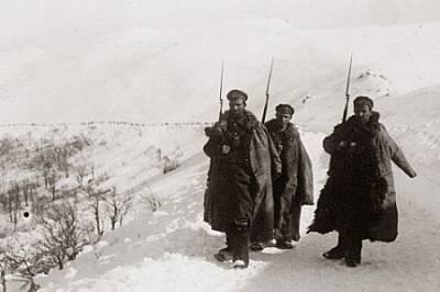 Патрул от Македонската дивизия по време на дозор в Беласица. Суровата природа и тежките климатични условия карат фронтоваците да се шегуват, че не Мак...