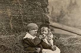 Тази военновременна снимка била публикувана в National Geographic през 1916 г. с текст, препращащ към Адам, Ева и ябълката. По-уместна обаче е асоциац...