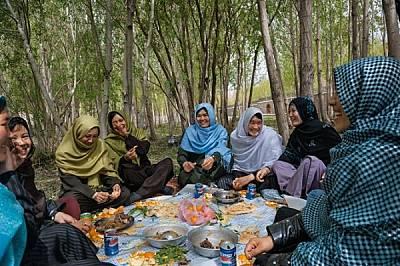 """Афгански жени си поделят обяд от питки, козе и агнешко месо и плодове в """"Градината на жените"""" - убежище за разговори и споделени та..."""