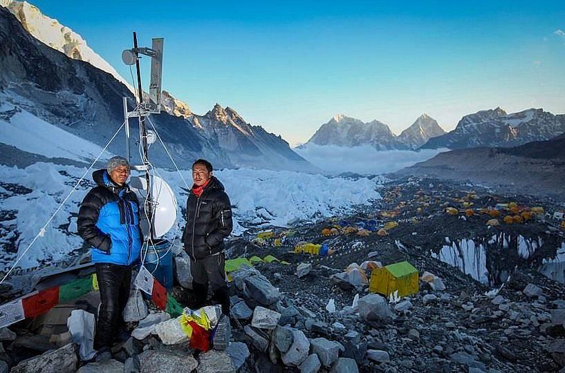 Суреш Лама и Пасанг Уонгде прекарват по два месеца в планината, за да осигурят връзка на катерачите със света. Снимка: Freddie Wilkinson