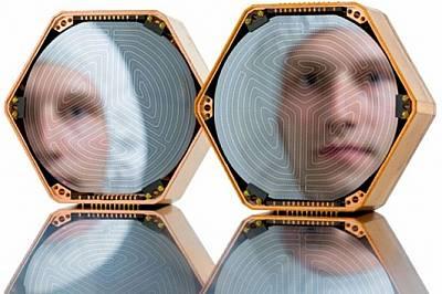 Улавяне на (почти) неуловимотоВ стерилно помещение в Станфордския университет асистентът Джон Марк Крайкебаум инспектира силициеви дискове, които може...