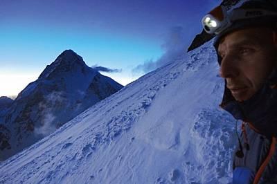 Боян Петров на лагер 3 под връх Броуд пик на 7064 м. Върхът К2, главната цел на експедицията, се извисяваотносително близо до Броуд пик - затова се ви...