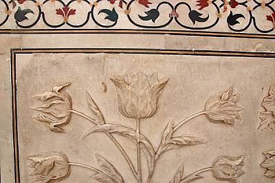 Прекрасните релефи в мрамора на Тадж Махал заедно с автографи, но не на техните автори.