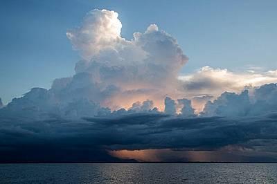 Купести облаци изливат обилни дъждове върху планините на Гватемала.