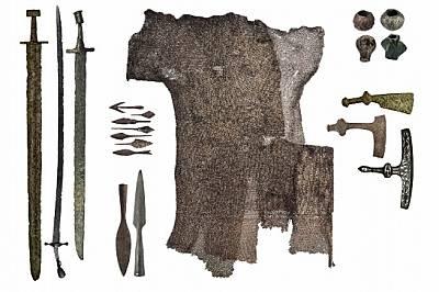 Години на ратни бедиСамуиловият век е белязан от упорити войни. Намерени са разнообразни оръжия и снаряжения от епохата (X–XI в.): саби, меч...
