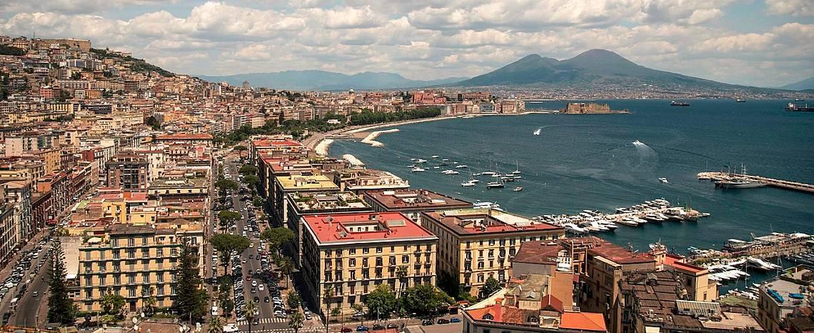 Неапол, на фона на Везувий, който е все още действащ вулкан.