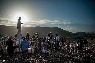 Как Дева Мария се превърнала в най-могъщата жена на света Докато слънцето залязва над Меджугорие в Босна и Херцеговина – място на множество...
