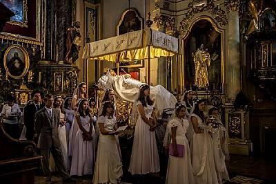 Дева Мария привлича стари и млади. На 12 август, по време на литургия в чест на нейното успение, млади католици охраняват статуя в естествен ръст...