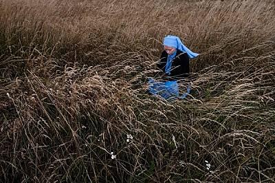 Сестра Марзена Михалчик, 31-годишна монахиня от Краков, Полша, спира да се помоли по време на едноседмичния си