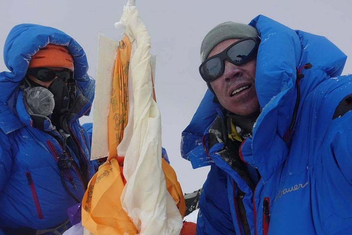 Ейдриън Белинджър и партньорът му, Кори Ричърдс, си правят селфи на Еверест. След 41 часа изкачване Белиндъжр покори връх Еверест без допълнителен кис...