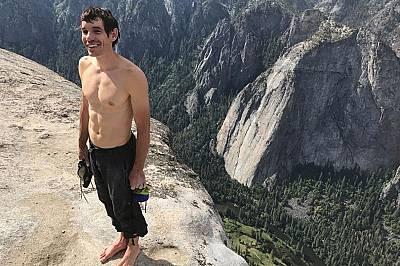 Катерачът Алекс Хонълд на Ел Капитан след близо четири часа соло изкачване, без въже или друг вид обезопасителни съоръжения.