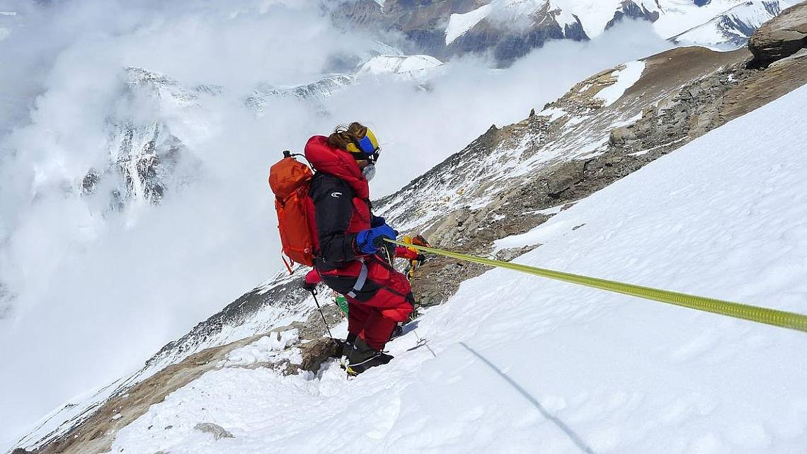 Незрящият Анди Холцер на слизане от Еверест. Снимка: Клеменс Бихлер