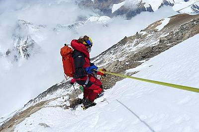 Незрящият Анди Холцер на слизане от Еверест