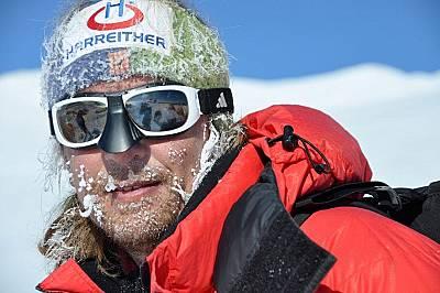 Анди Холцер изкачва връх ВинсънАнди Холцер по време на изкачването на най-високия връх в Антарктида - връх Винсън