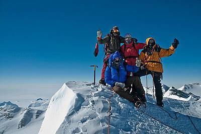 Анди Холцер и екипът му празнуват след изкачването на връх Винсън.