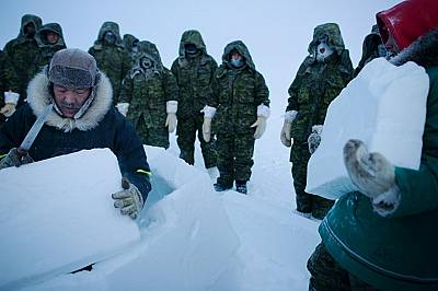 При мразовитите температури на Арктика оцеляването означава намиране на подслон или изграждане на такъв. Инуитските инструктори Жоли Канак и Анди Исиг...