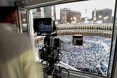 Поклонници обикалят КаабаФотографът Аммар Аламир заснел този кадър на поклонници, обикалящи Кааба, гробницата в центъра на Голямата джамия в Мека счит...