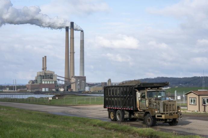 Камион транспортира въглищна пепел на фона на комини в електроцентралата в Коунсвил, Охайо, на 18 април 2020 г.