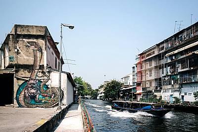 Графити в ТайландИзображение на змия върху сграда покрай един от каналите в централната част на Банкок.