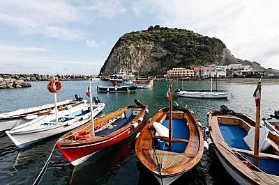 Пристанището на Сант АнджелоРибарски лодки снабдяват очарователните местни ресторанти с вкусна морска храна.