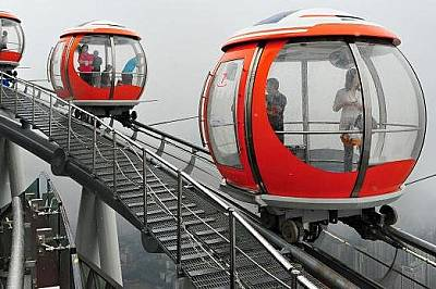 """""""Трамвая балон"""" на Canton TowerПътници над Гуанджоу в """"трамвая балон"""" (Bubble Tram) на Canton Tower. Canton Tower е висо..."""