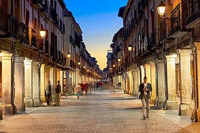 Алкала де Енарес: място за библиофили  На снимката: Улични лампи осветяват главната улица в Алкала де Енарес. Алкала де Енарес е първото в света студе...