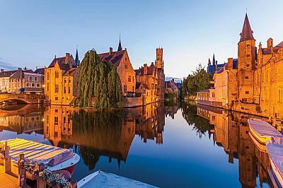 Брюж, БелгияАко се разходите покрай канала в стария град по здрач ще видите камбанарията на църквата и околностите обсипани в златисти нюанси. &n...