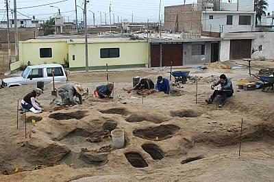 Археологът Габриел Прието, изследовател на National Geographic, по времe на разкопки.
