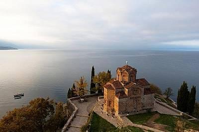 """Църквата """"Свети Йоан Канео"""" е кацнала над Охридското езеро."""