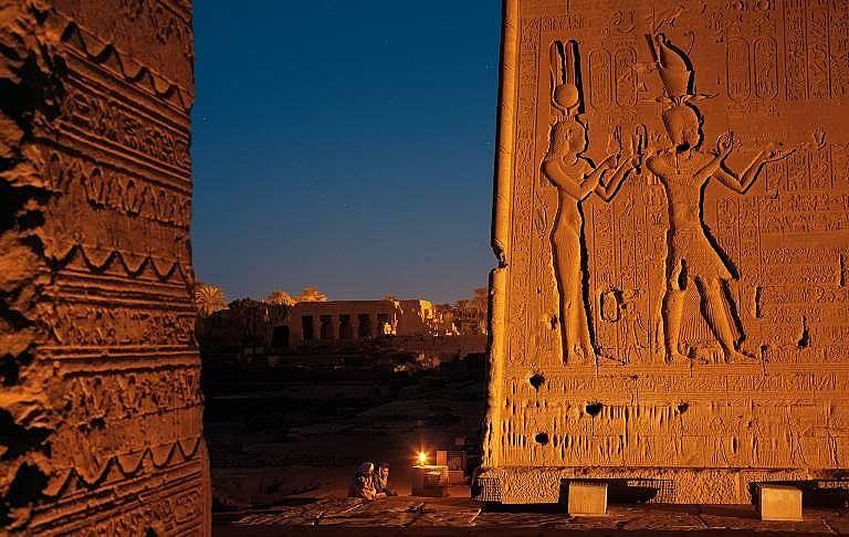 Храмът на богинята Хатхор в Дендера, Египет. Клеопатра е изобразена като царица, заедно с Цезарион