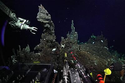 Подводният апарат SuBastianсе подготвя да вземе проби от един от новооткритите комини.