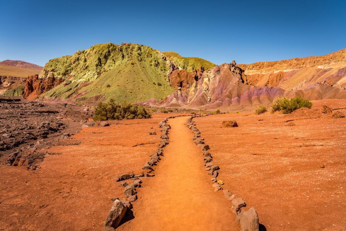 Цветна планина в Долината на дъгата, пустинята Атакама, Чили.