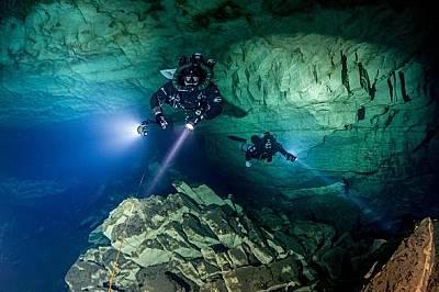 Най-страховитата подводна пещераГмуркачи в пещерите дълбоки по над 90 метра в Ийгълс Нест, Флорида. Известен като Гранд Каньон в пещерния свят Ийгълс...