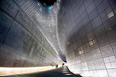 Сеул, Южна КореяФутуристичният Dongdaemun Design Plaza отдава почит на светила като Луи Вюитон и разглежда влиянието на Корея върху световния дизайн.