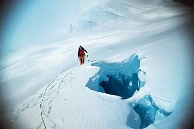 При минаване по ледник осигурителното въже е задължително.Цепнатините в ледника обикновено се виждат, но не e сигурно колко са дълбоки, къде точно мин...