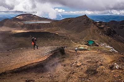 """Тонгариро, Нова ЗеландияТози маршрут минава покрай речни долини, огнени кратери, изумрудени езера и вулкана Маунт Дуум от филма """"Властелинът..."""