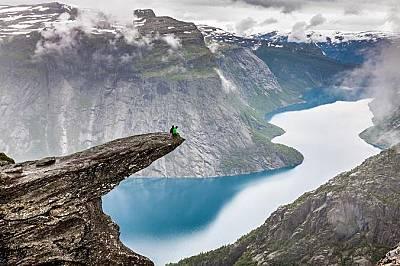 """Тролтунга, НорвегияВ превод името на скалата означава """"тролски език""""и тя стърчи над езерото Рингедалсватнет на над 1000 м височина..."""