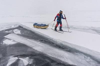 Понякога Ларсен и Райън Уотърс е трябвало да се отклонят от курса си, за да вървят по здрав лед.