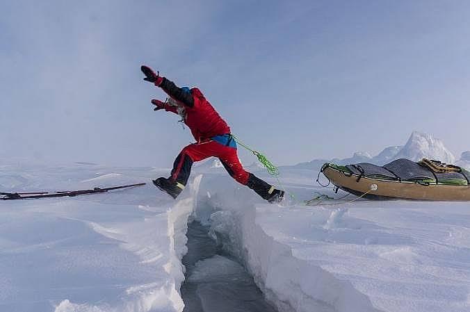 В най-добрия случай пукнатините в леда може да се прескочат. По-големите трябва да се преплуват.