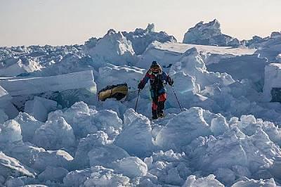Новият лед е динамичен, мести се постоянно и създава хаотични купчини през които се минава трудно.