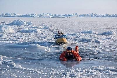 Полярният лед край Северния полюс е толкова тънък, че Ерик Ларсен е трябвало да внимава да не пропадне в него.