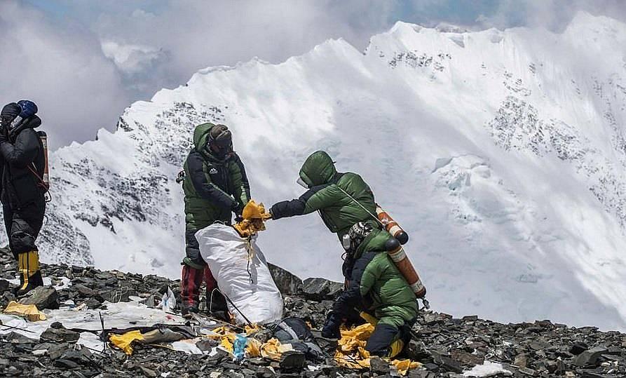 Екип начело с Дауа Стивън Шерпа от организацията Bally Peak Outlook събират остатъците от разкъсана от вятъра палатка. Снимка: Samir Jung Thapa for B...