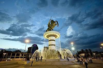 На централния площад в Скопие се издига бронзовата статуя на Александър Македонски.
